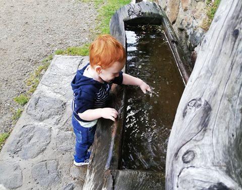 Bambino che gioca con l'acqua